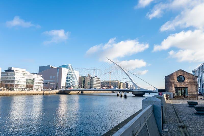 Dublin pejzaż miejski z Samuel Beckett mostem fotografia stock