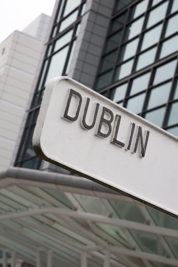Dublin Signpost avec le bâtiment images libres de droits