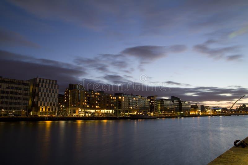 Dublin-Stadt nachts lizenzfreies stockfoto