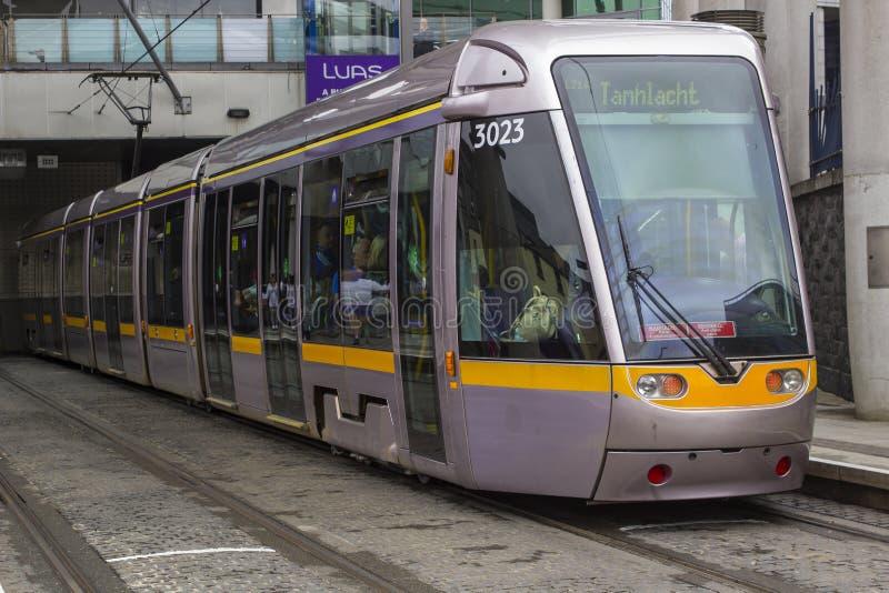 Dublin Tram attendant en dehors de la gare de Connolly image libre de droits