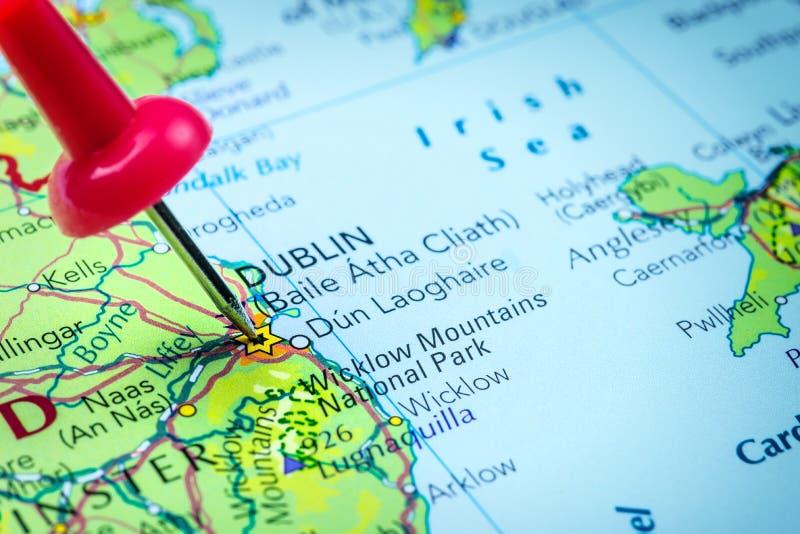 Dublino in Irlanda ha appuntato su una mappa fotografie stock
