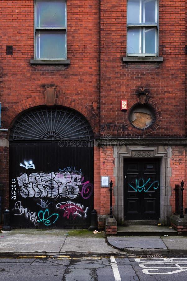 Dublino, Irlanda, il 4 febbraio 2017 - costruzione abbandonata con i graffiti fotografie stock libere da diritti