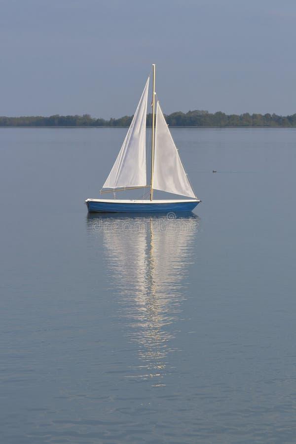 Dubrava Seelandschaft mit Segelboot in Prelog, Kroatien lizenzfreies stockbild