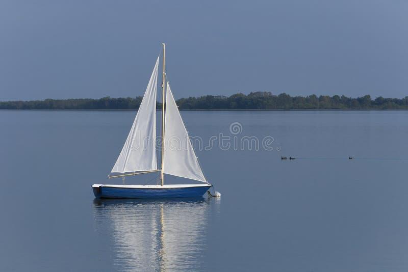 Dubrava Seelandschaft mit Segelboot in Prelog, Kroatien stockfotos