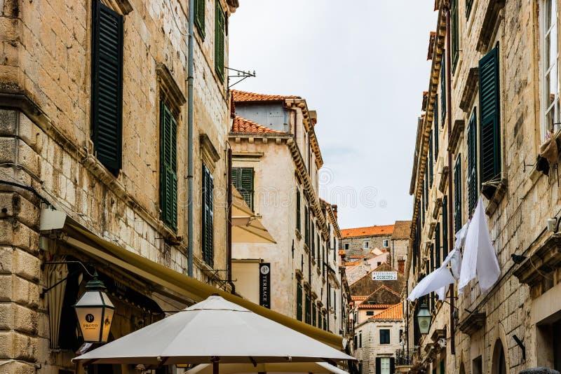 Dubrovnick, Kroatien - 2019 Berühmte kommerzielle schmale Gasse alte Stadtdes vorstehenden Reiseziels Dubrovniks von Kroatien lizenzfreies stockfoto