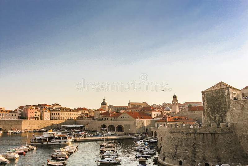 Dubrovnik är den gamla hamnen ett stort ställe till relas och klockafartyg att gå in och ut royaltyfria foton