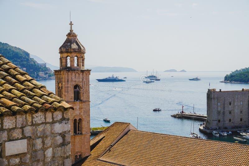 Dubrovnik-Bucht und ein Glockenturm lizenzfreies stockfoto