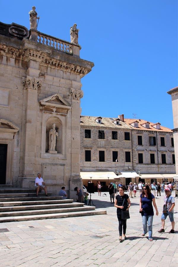Dubrovnik, Chorwacja, Czerwiec 2015 Czerep średniowieczny kościół katolicki na jeden kwadraty miasto obrazy stock