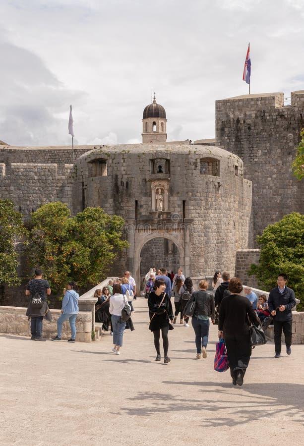 DUBROVNIK CHORWACJA, Kwiecień, - 2019: Turyści na zewnątrz Palowej bramy Główne wejście Stary miasteczko obraz stock