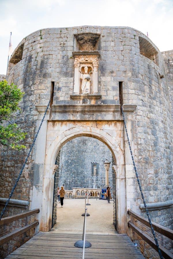 Dubrovnik, Chorwacja - 20 10 2018: Dubrovnik stosu brama lub Stara Grodzka brama w pięknym ranku świetle przy wschód słońca, Dalm zdjęcie stock