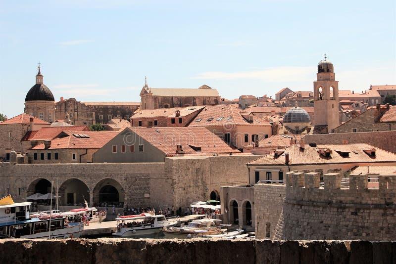 Dubrovnik, Croácia, em junho de 2015 Navios velhos da fortaleza e do turista no porto fotografia de stock royalty free