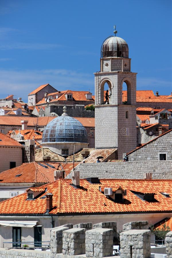 Dubrovnik, Croácia, em junho de 2015 Telhados telhados da cidade velha Vista da torre de sino da catedral imagens de stock royalty free