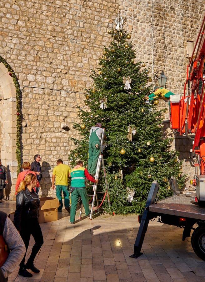 Dubrovnik, Croácia, o 22 de novembro de 2018 Estabelecendo a árvore de Natal na parte velha foto de stock