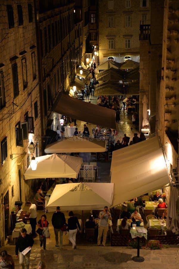 Dubrovnik, Croácia, opinião da noite de uma pista velha ocupada do estreito da cidade fotos de stock
