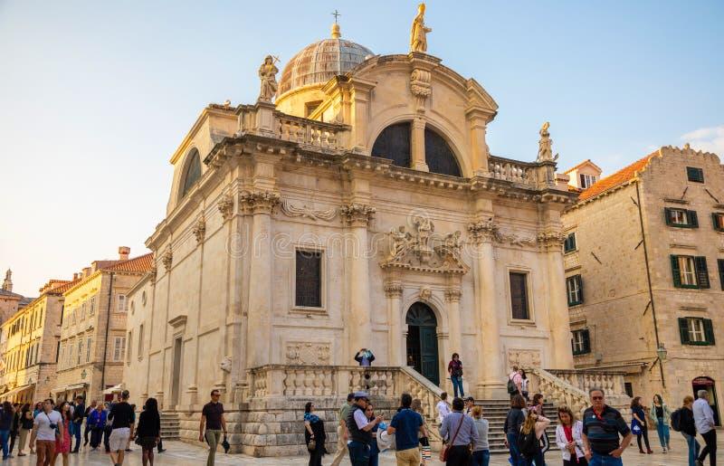 Dubrovnik, Croácia - 20 10 2018: Quadrado em St Blaise Church e pessoa na rua de Stradun na cidade velha de Dubrovnik foto de stock royalty free