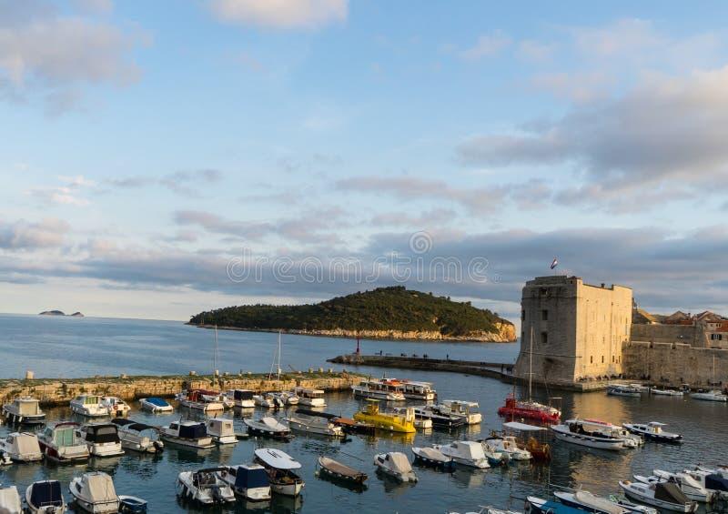 Dubrovnik/Cro?cia: Barcos de naviga??o em Saint John Fortress e no porto velho no mar de adri?tico em Dubrovnik, Cro?cia foto de stock
