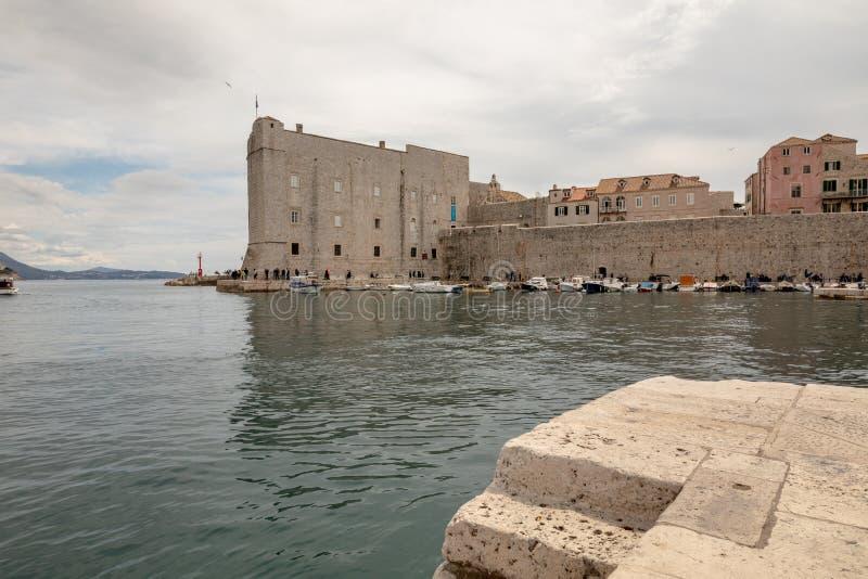 Dubrovnik, Croacia - abril de 2019: Ciudad vieja de Dubrovnik, el puerto viejo con el fuerte del St Ivana en el fondo imagen de archivo