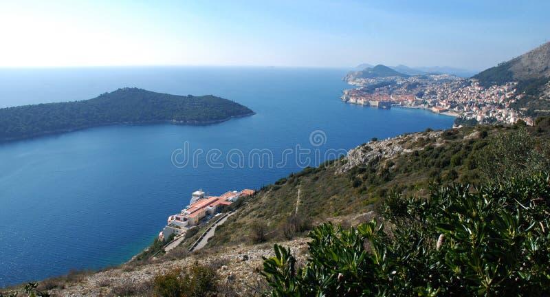 Dubrovnik Croacia con la opinión panorámica de la isla de Lokrum foto de archivo