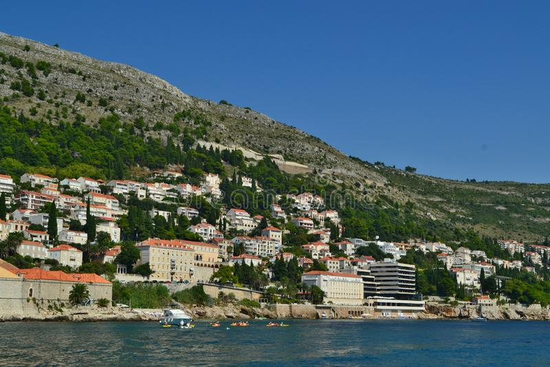 Dubrovnik/Croacia - 9 de septiembre de 2018: Casas privadas en la colina imagenes de archivo
