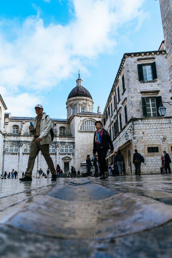 DUBROVNIK/CROATIA - 1° maggio 2019: Molti turisti camminano su una delle vie principali Stradun nella vecchia città di Ragusa sul fotografia stock libera da diritti