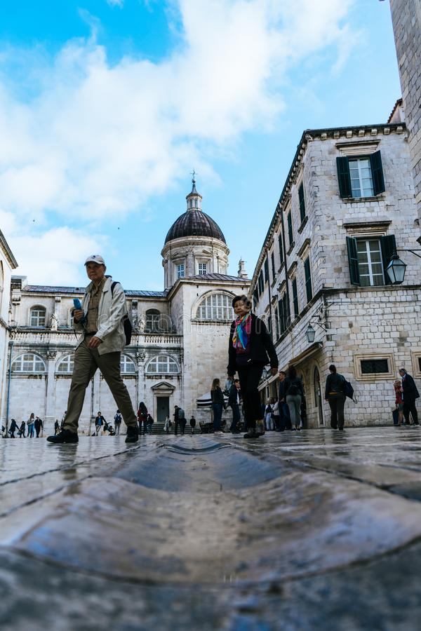 DUBROVNIK/CROATIA - Maj 01, 2019: Många turister går på en av de viktiga gatorna Stradun i Dubrovnik den gamla staden på solig so royaltyfri fotografi
