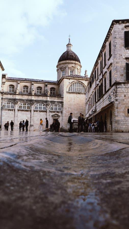 DUBROVNIK/CROATIA - Maj 01, 2019: Många turister går på en av de viktiga gatorna Stradun i Dubrovnik den gamla staden på solig so arkivfoto