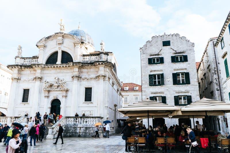 DUBROVNIK/CROATIA - 01 mei, 2019: Vele toeristen lopen op één van de belangrijkste straten Stradun in de oude stad van Dubrovnik  stock foto's