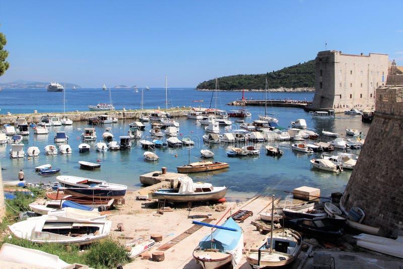 Dubrovnik, Croatie, juin 2015 Belle vue du port et de la partie de la forteresse d'un côté inattendu photo stock