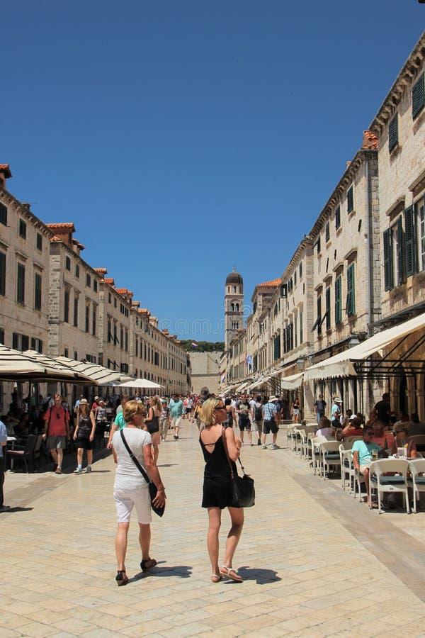 Dubrovnik, Croatie, juin 2015 Vue de la rue principale de la ville antique contre le ciel bleu image stock