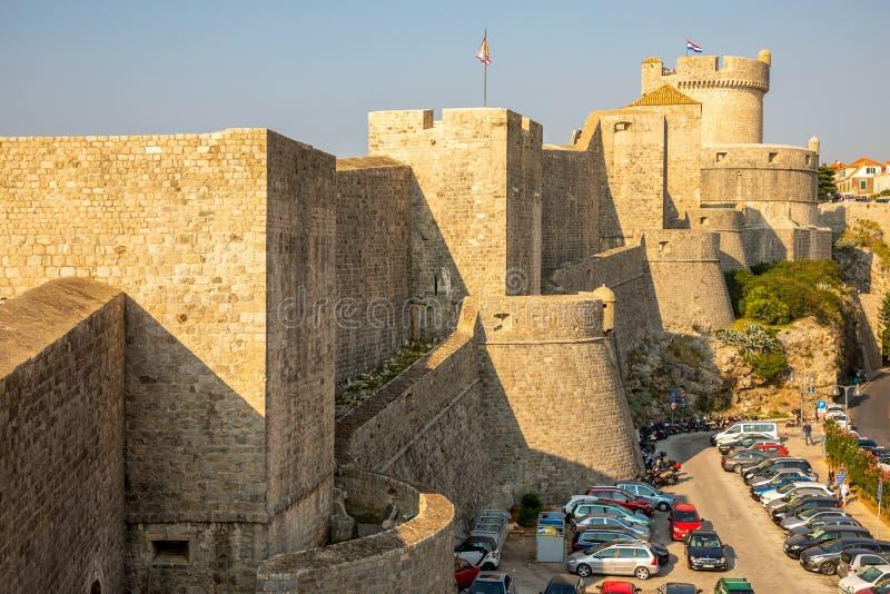 Dubrovnik, Croatie - 20 10 2018 : Murs médiévaux de ville de ville de tour et de Dubrovnik de Minceta vieux au temps de coucher d images libres de droits