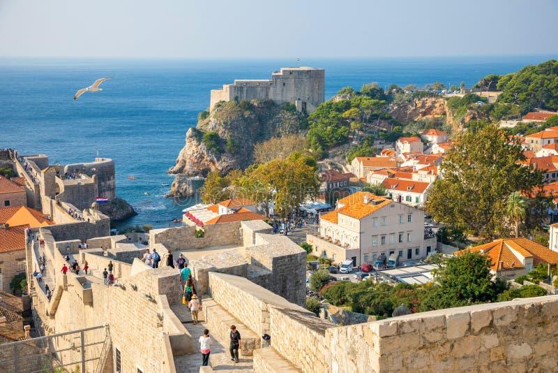 Dubrovnik, Croatie - 20 10 2018 : Vue des murs de ville donnant sur les murs et la mer avec des falaises au cours de la journée d image libre de droits