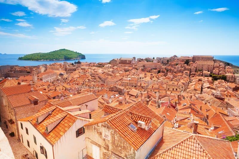Dubrovnik da parede e da ilha de Lokrum fotografia de stock royalty free
