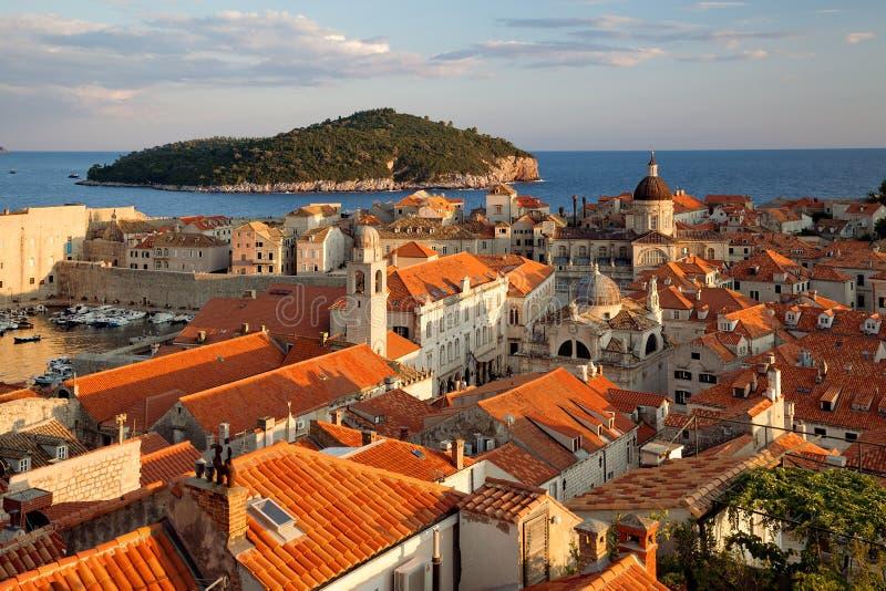 Dubrovnik, Dalmacia, Croacia - ciudad vieja de Dubrovnik en la puesta del sol, visión desde la pared de la fortaleza fotografía de archivo libre de regalías