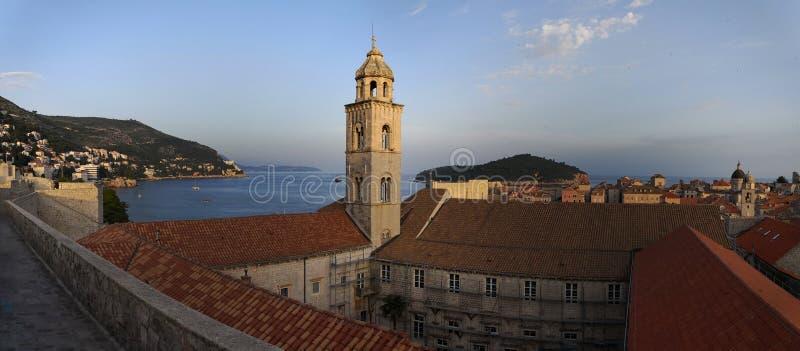 Dubrovnik, Dalmacia/Croacia; 06/04/2018: paisaje urbano, una vista panor?mica de los tejados anaranjados y edificios de la ciudad fotos de archivo libres de regalías