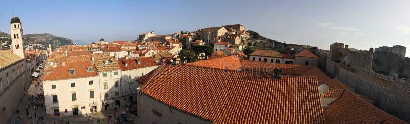 Dubrovnik, Dalmacia/Croacia; 06/04/2018: paisaje urbano, una vista panor?mica de los tejados anaranjados y edificios de la ciudad fotografía de archivo libre de regalías