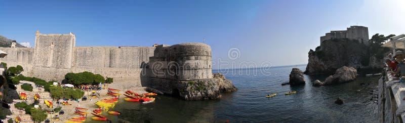 Dubrovnik Dalmatia, Chorwacja,/; 06/03/2018: Frontowy widok ściany adriatic morze stary miasteczko Dubrovnik i Lovrijenac, obrazy stock
