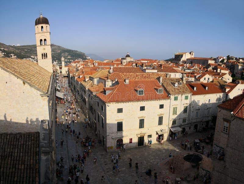 Dubrovnik, Dalmatien/Kroatien; 06/04/2018: eine Vogelperspektive des Hauptplatzes alter Stadt Dubrovniks von den Wänden lizenzfreie stockbilder