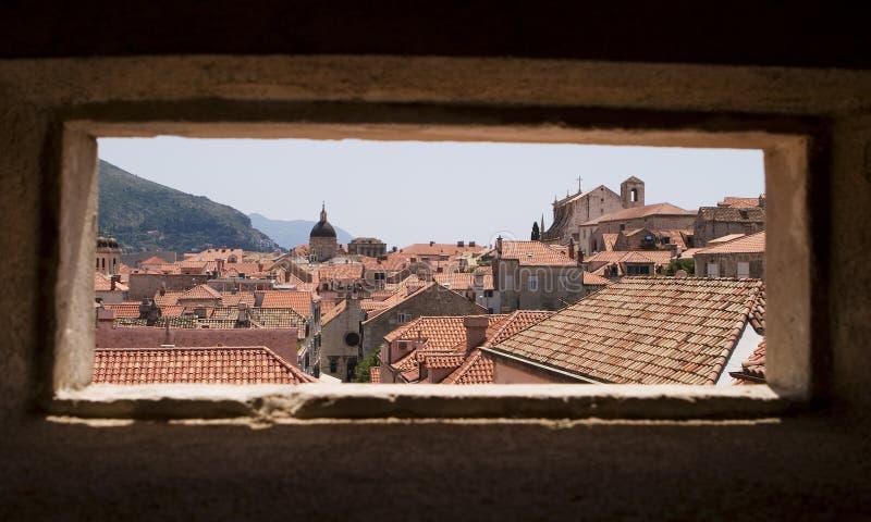 Dubrovnik durch Fenster lizenzfreie stockfotografie