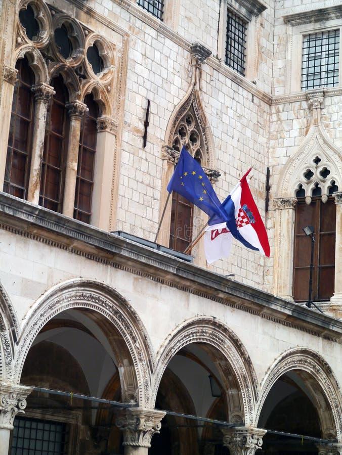 Dubrovnik, gamla stad-, kroat- och euroflaggor royaltyfria bilder