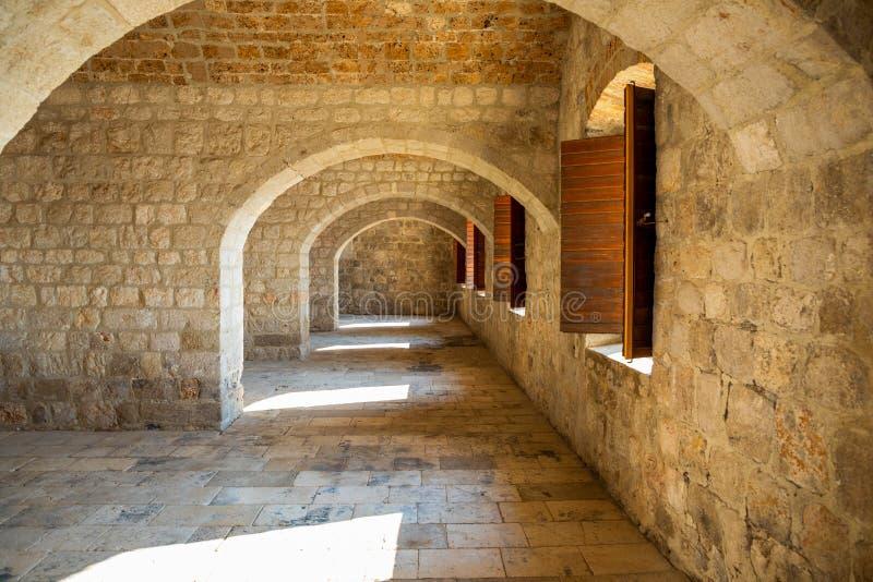 Dubrovnik, Kroatië - 20 10 2018: Binnenland van Fort Lovrijenac, St Lawrence Fortress de bouwarchitectuur in Dubrovnik stock foto