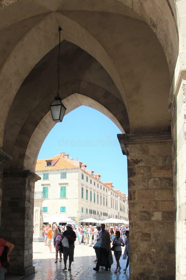 Dubrovnik, Kroatië, Juni 2015 De mooie poort van de lancetboog in de vestingsmuur stock fotografie
