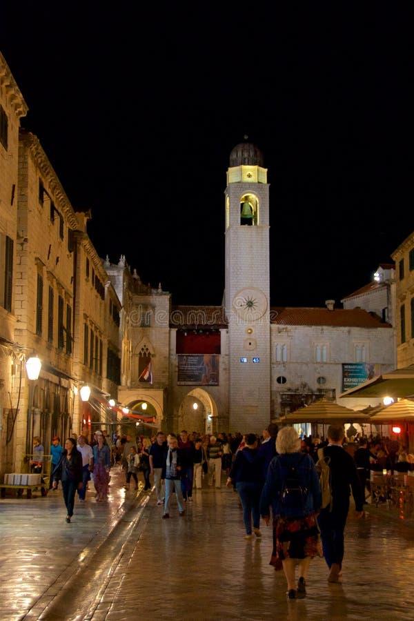 Dubrovnik, Kroatië - Oktober 2017: Overzicht van toeristen op de straat van oude stad Dubrovnik in Kroatië royalty-vrije stock foto's