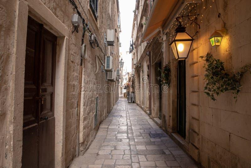 Dubrovnik, Kroatien - April 2019: Alte Stadt von Dubrovnik Eine vieler schmalen Stra?en der mittelalterlichen Stadt stockbilder