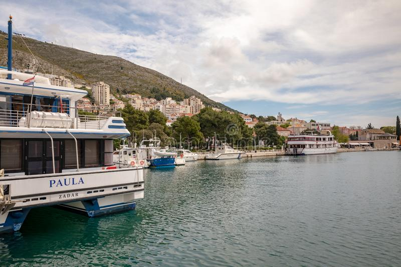 Dubrovnik, Kroatien - April 2019: Boote im Hafen, Gruz-Hafen von Dubrovnik lizenzfreies stockfoto