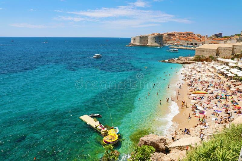 DUBROVNIK, KROATIEN - 12. JULI 2019: Vogelperspektive alten Stadt Dubrovniks und des Banje-Strandes, adriatisches Meer stockfotos
