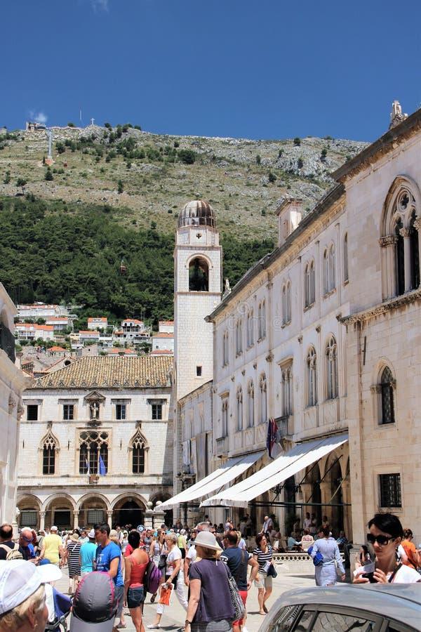 Dubrovnik Kroatien, Juni 2015 Folk på den huvudsakliga fyrkanten av den gamla staden royaltyfria foton