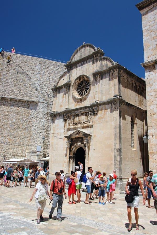 Dubrovnik Kroatien, Juni 2015 Fyrkanten framme av den medeltida katolska kyrkan inom fästningväggarna royaltyfria bilder
