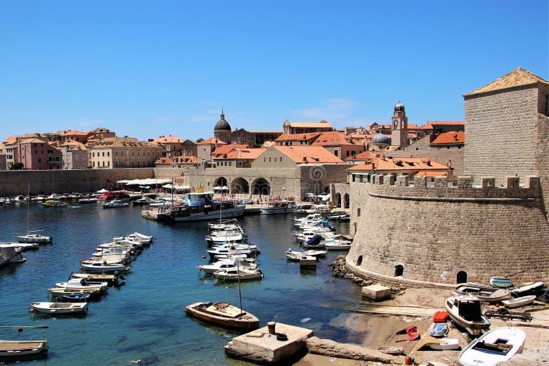 Dubrovnik Kroatien, Juni 2015 Sikt av den gamla staden från sidan av den historiska hamnen royaltyfri bild