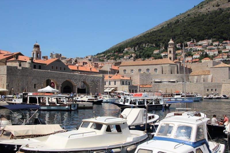 Dubrovnik Kroatien, Juni 2015 Sikt av hamnen med yachter och portarna av staden från havet royaltyfri fotografi