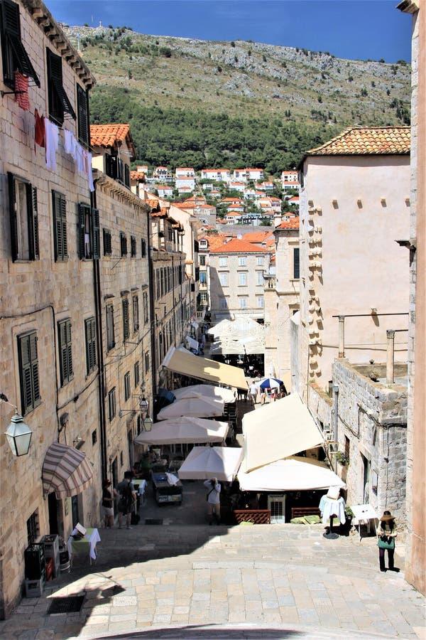 Dubrovnik Kroatien, Juni 2015 Smal gata av den gamla staden och den livliga handeln på den royaltyfri bild